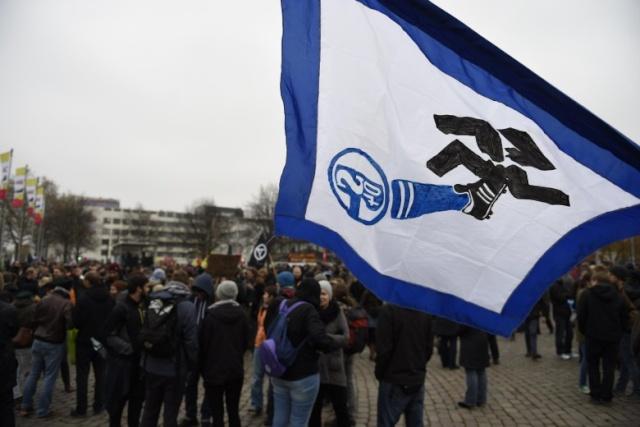 Les ultras de Schalke 04 à la manif antifasciste du 15 à Hanovre.