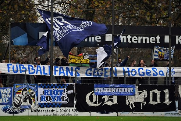 "Banderole des ultras du VfB Oldenburg : ""Les supporters de football contre HoGeSa""."